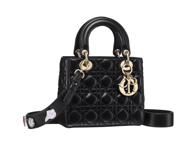Petit-sac-Lady-Dior-en-agneau-cannage-noir-bandouliere-personnalisable-avec-Lucky Pins