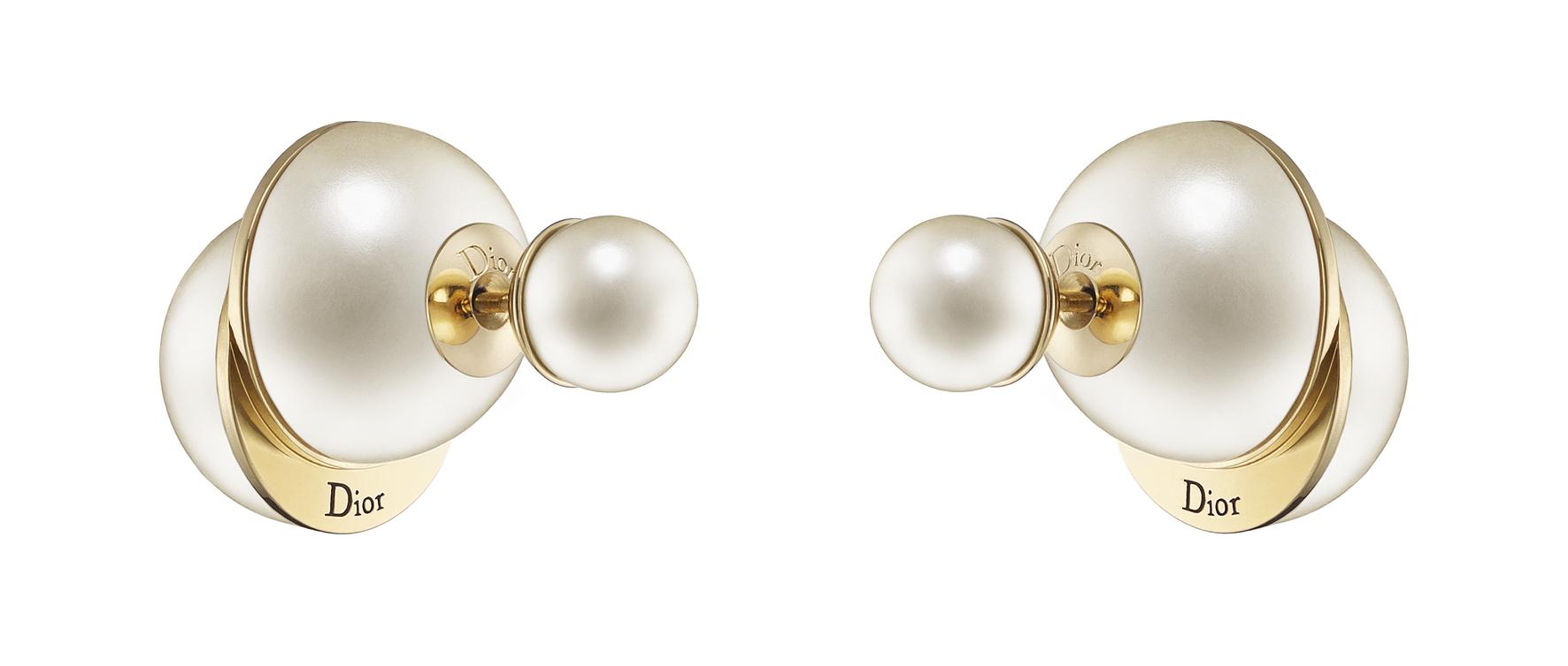 Boucles-d'oreilles-Dior-Tribales-en-metal-finition-doree-et-perles-de-resine-blanche